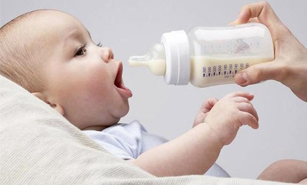 adaptirano-mlyako-bebe-hranene