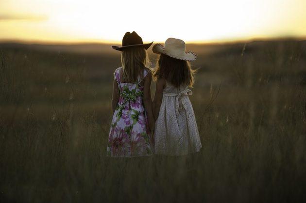 sisters-931151_640-e1521817965736
